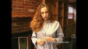 Ruiva de 20 anos esguichando leite de grandes latas de leite