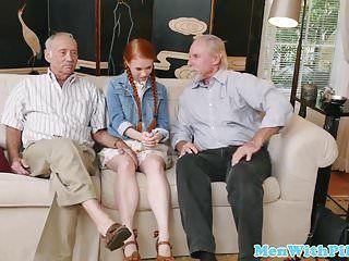 Adolescente in età legale con la treccia rossa scopata di gruppo da un vecchio